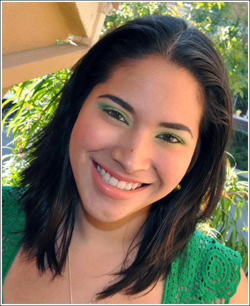 Помаду при зеленом макияже можно взять персикового и абрикосового оттенков.