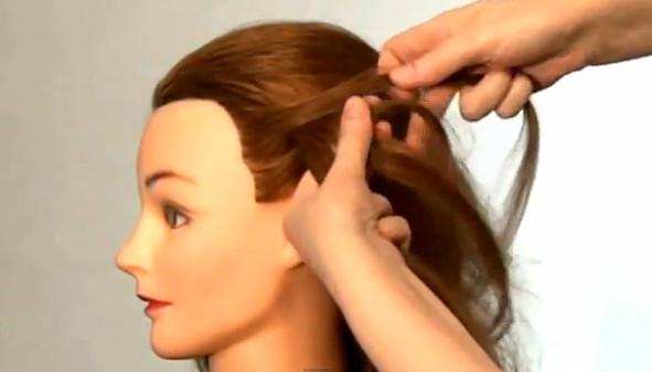 Эта прическа делается и на средней длины волосы и на длинные волосы.