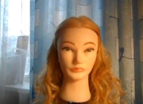 Вы узнаете как крутить локоны ( показано будет на манекене со светлыми волосами средней длины).  Автор покажет вам.
